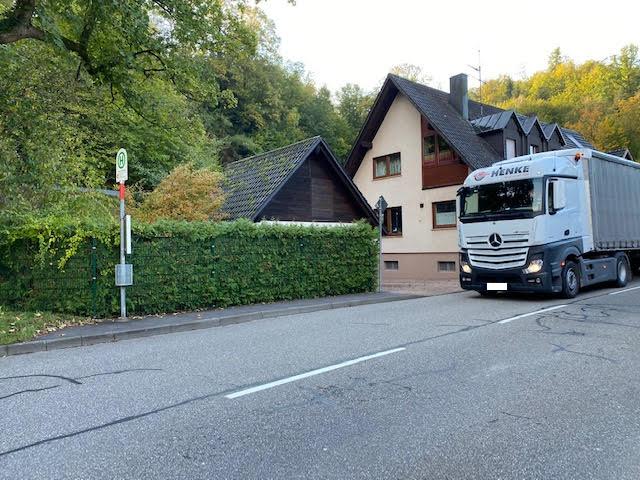 Gefährliche Wartesituation im Bereich der Haltestelle Heschmattweg in Geroldsau (Fahrtrichtung stadteinwärts), mit der Bitte um Abhilfe.